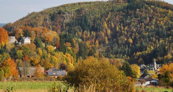 La tour principale du château des comtes de Salm et en contrebas, le village de Salmchâteau, sous les couleurs de l'automne