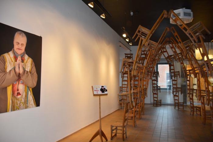 A l'entrée, une voûte formée de chaises d'église et qui pourrait inspirer Arne Quinze...