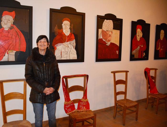 Irène Gérard devant ses portraits de papes...