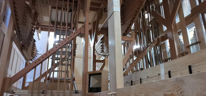 A l'intérieur de l'orgue, une structure en bois très complexe...