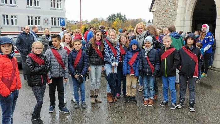 Les membres du conseil communal des enfants et l'échevine Stéphanie Heyden